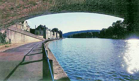 The River Yonne at Villeneuve s/Yonne.  Copyright Cold Spring Press 1999-present.  All rights reserved.